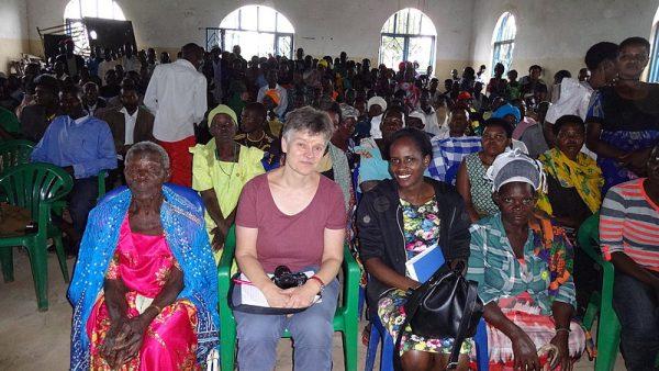 Gertrud Falk von FIAN unterstützt die Vertriebenen seit 2003 - hier bei einer Versammlung der Vertriebenen