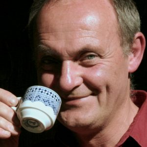 Portrait von Alex Kunkel beim Kaffee trinken.