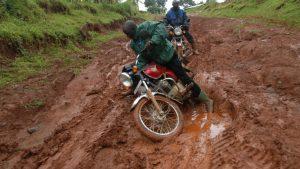 Auch mit dem Motorrad wird es schwierig, wenn alles verschlammt ist.