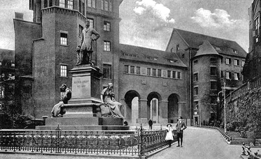 Krupp'sche Konsumanstalt von 1868 (Wikipedia) - im Vordergrund Denkmal Alfried Krupp, das jetzt in der Essener Innenstadt steht.