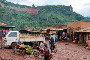 Wir machen eine kleine Rast in Kibanda und essen etwas. Dort oben ist Buginyanya.
