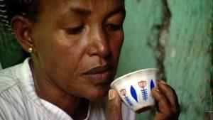 Äthiopische Frau trinkt morgens Kaffee