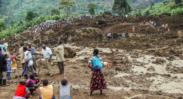 Dramatischer Bergrutsch in Uganda - Überlebende suchen verschüttete Opfer