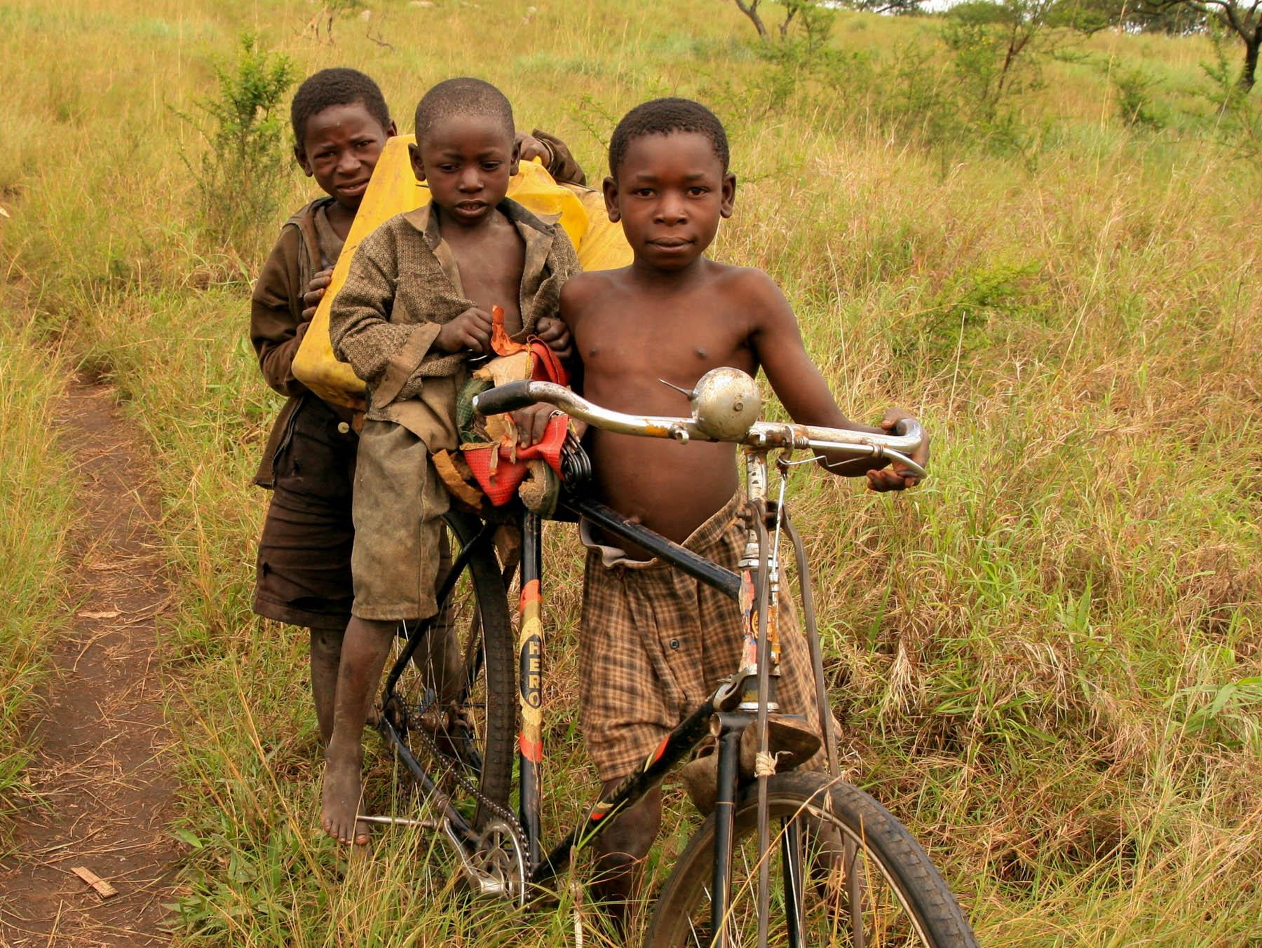 Kinder holen Wasser vom Brunnen