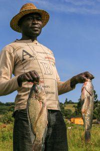 Ein Fischer am Victoria-See zeigt seinen Fang