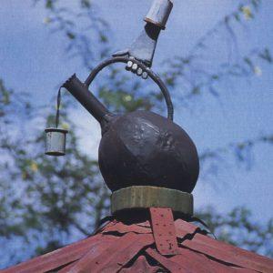 Hüttendach in der Kleinstadt Bonga mit Kaffeekanne, die in Richtung des Waldes zeigt, wo der wilde Kaffee wächst