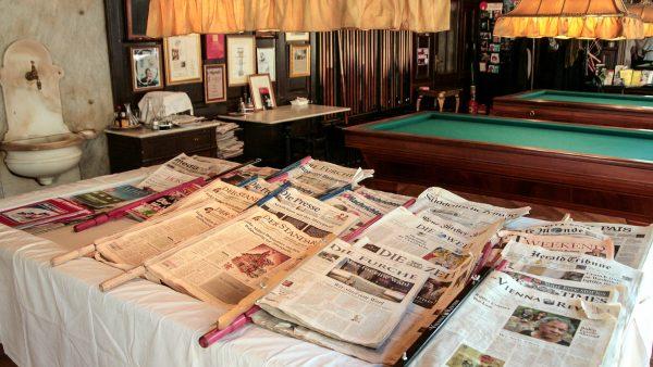 Zeitungsauslage im SPERL - ein Wiener Kaffeewirt soll seine Gäste als erster kostenlos mit Zeitungen versorgt haben.