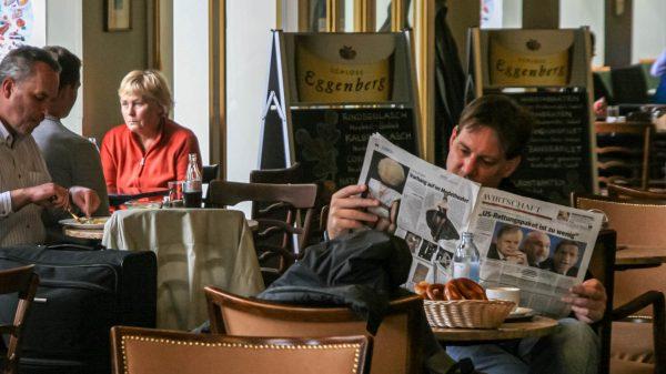 WESTEND - Die Schlagzeile im Wirtschaftsteil der Zeitung bezieht sich auf die Finanzkrise 2008.