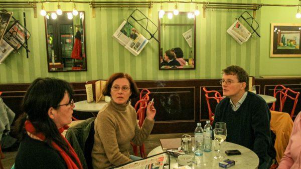 """Café MUSEUM - Die Spiegel im Kaffeehaus sind eine Anleihe vom ersten Pariser Café , dem """"Procope""""."""