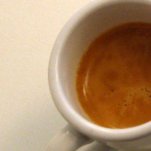 Kräftige, geschlossene Cremadecke beim Espresso. Sieht man bereits den schwarzen Kaffee darunter ist das ein Grund zur Reklamation.
