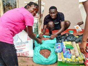 Die Mitglieder der Musikgruppe freuen sich über die Lebensmittel, die soie von der Spende kaufen konnten.