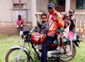 Boda-Fahrer Oscar mit seinen Kindern. Die kleinste Tochter ist schwer krank und braucht eine teure Behandlung.