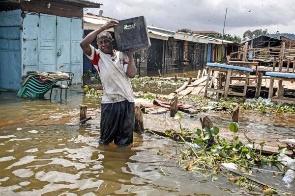 Der Victoria-See trat über die Ufer und auf den Inseln mußten tausende Menschen evakuiert werden. Die Fischer verloren ihre Existenzgrundlage.